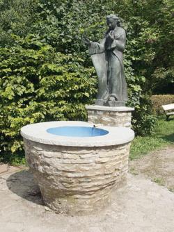 Ueberherrn-Berus, Fröhlich, Brunnenfigur