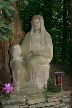 "Ensdorf, Zapp, Skulpturengruppe ""Mutter Anna als Erzieherin"""