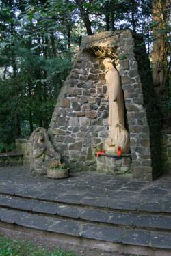 """Ensdorf, Zapp, Skulpturengruppe """"Muttergottes und Bernadette"""""""