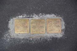 Gunter Demnig, Stolpersteine für Eduard Reinheimer, Alice Reinheimer und Ilse Reinheimer, 2011. Foto: Institut für aktuelle Kunst im Saarland, Christine Kellermann, 2011