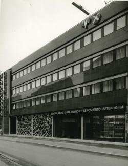 Fassade des Bankgebäudes mit der Fensterverkleidung von Wolfram Huschens, 1967. Foto: Fritz Mittelstaedt, 1967