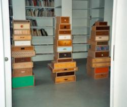 """""""Designkiosk"""" (– Das rote Notizbuch), Ausstellungsprojekt mit KünstlerInnen aus verschiedenen Disziplinen, Kunstverein Hannover 1997. Foto: Archiv der Künstlerin"""